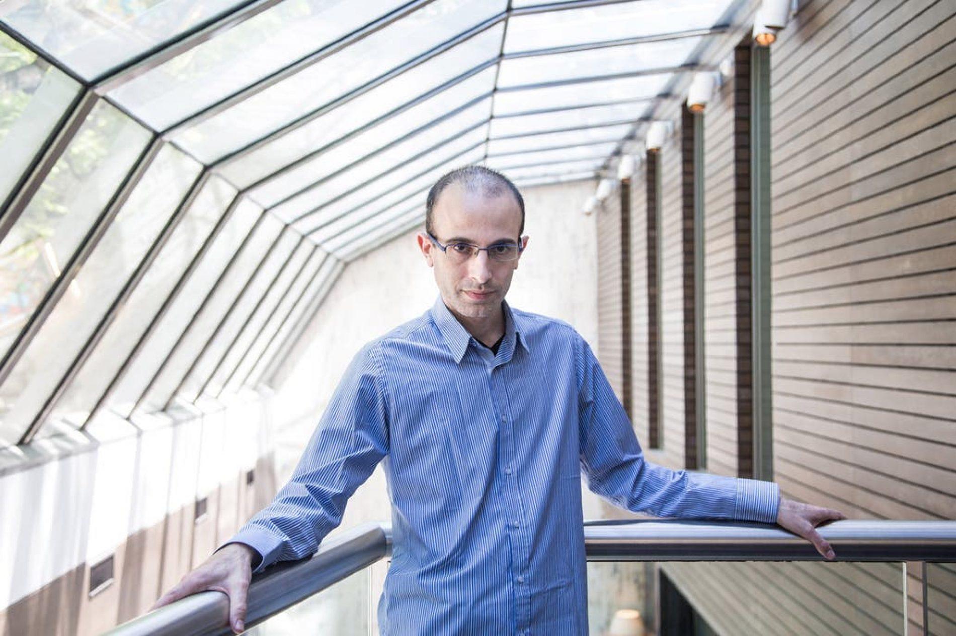 """Yuval Noah Harari: """"La falta de solidaridad global y de liderazgo representa un peligro inmenso para la humanidad"""""""